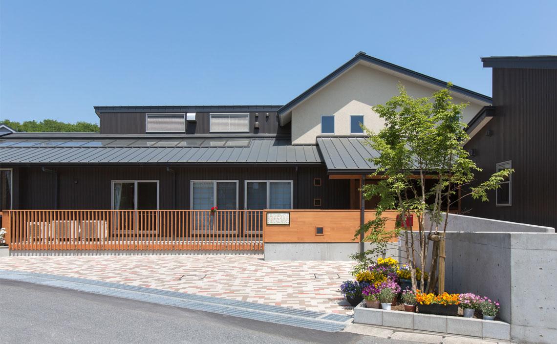 園舎外観。OMソーラーシステムを導入した園舎の屋根面に集熱パネルが設置されています。
