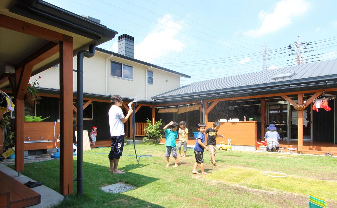 夏芝と冬芝が組み合わされた中庭では、子どもたちが一年中走り回ります。