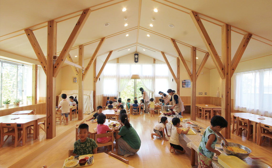 食堂兼ホール。園内の各所に使用されている無垢の木材は大工さんが丁寧に削って仕上げています。