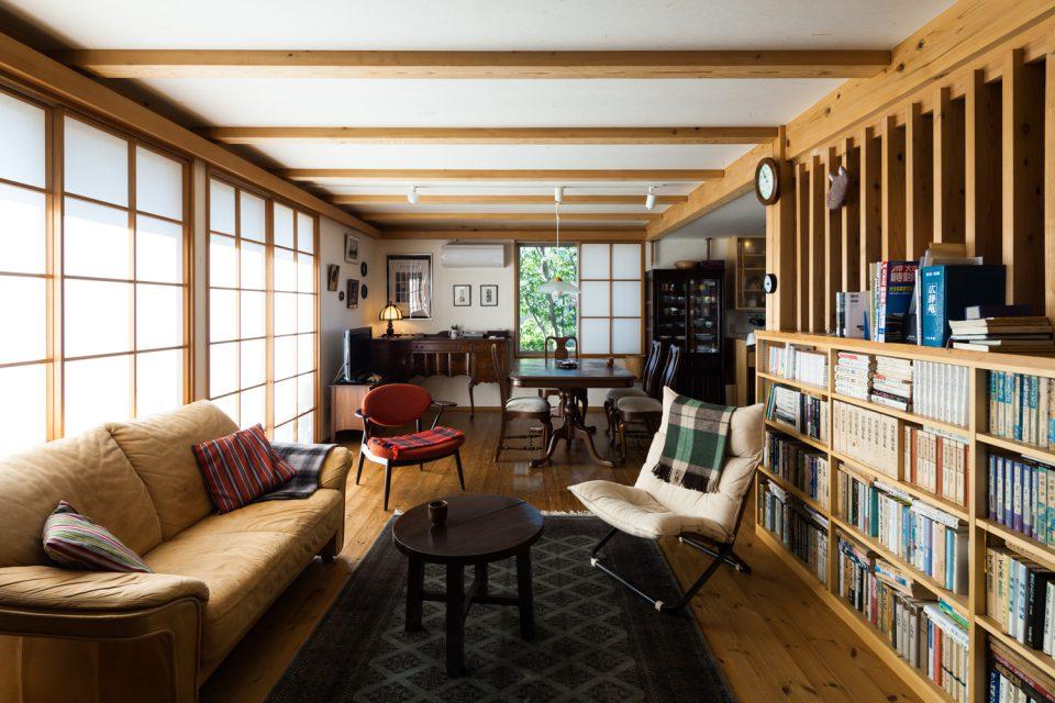 木造ドミノ住宅のリビングにて。竣工後約8年を経て素材の経年変化も見られる(東京・A邸)