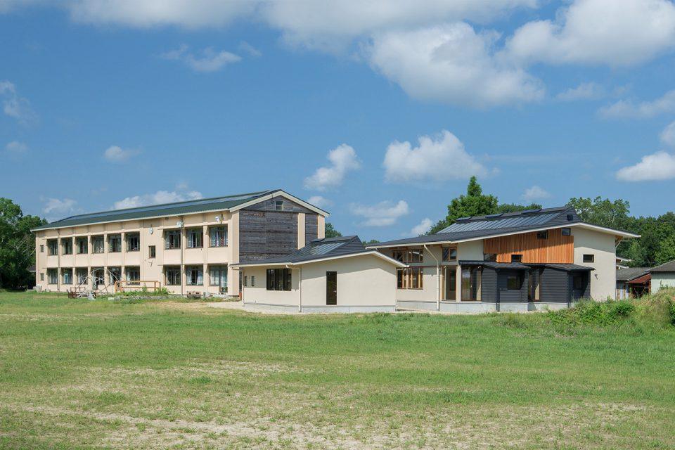 地元の木材による大きな「学び家」
