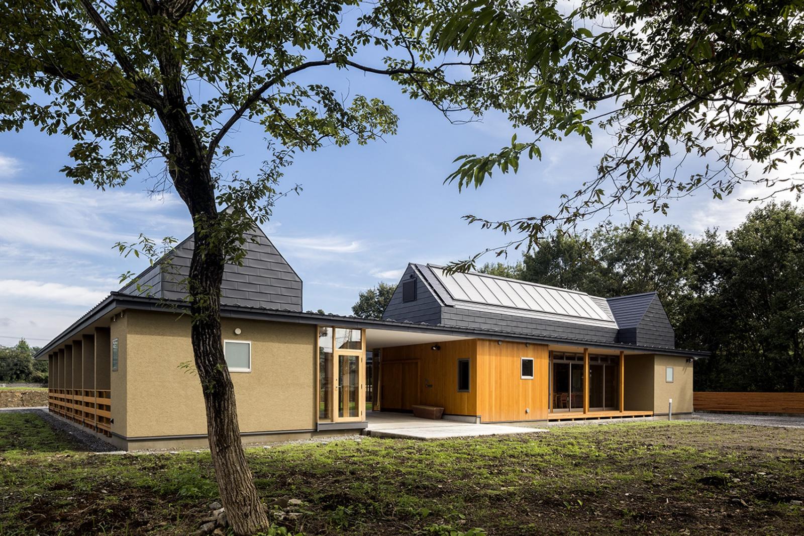 建物外観。 OMソーラーで太陽熱を屋根で集熱して床暖房する仕組みに。効率よく自然エネルギーを取り入れられるように屋根にも傾斜がつけられ、理にかなったデザインとなっています。