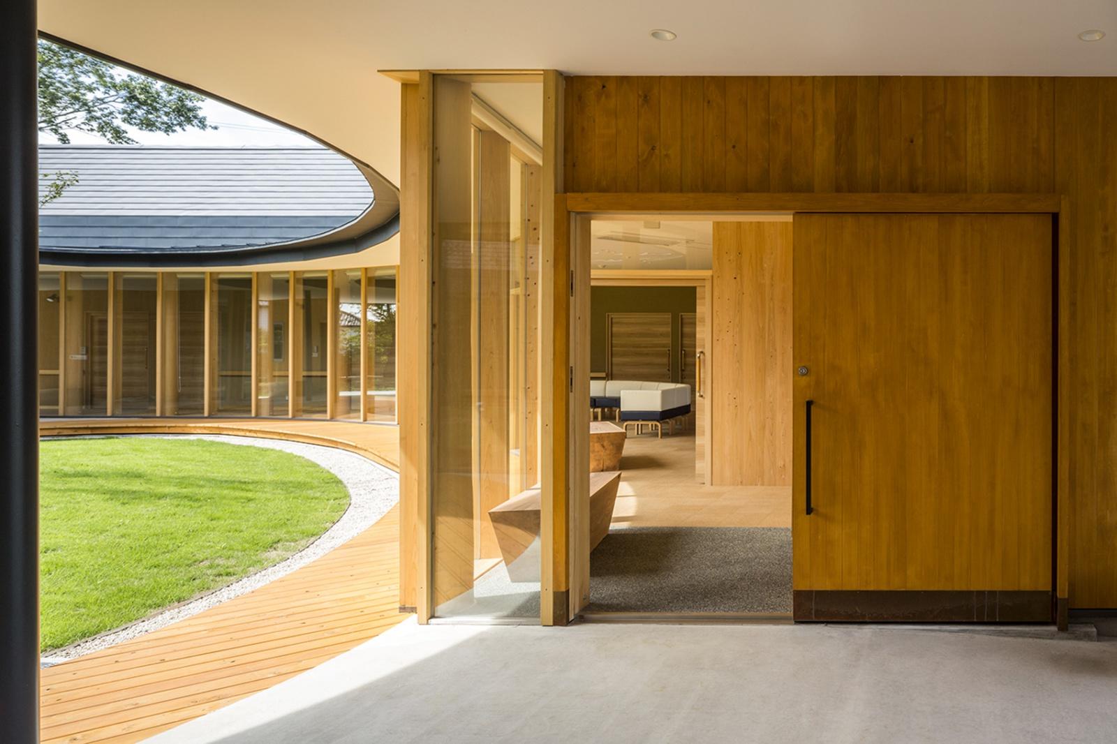 大きなドアも木製。伝統的な左官の技術「洗い出し」で玄関床にやさしい表情が生まれています。