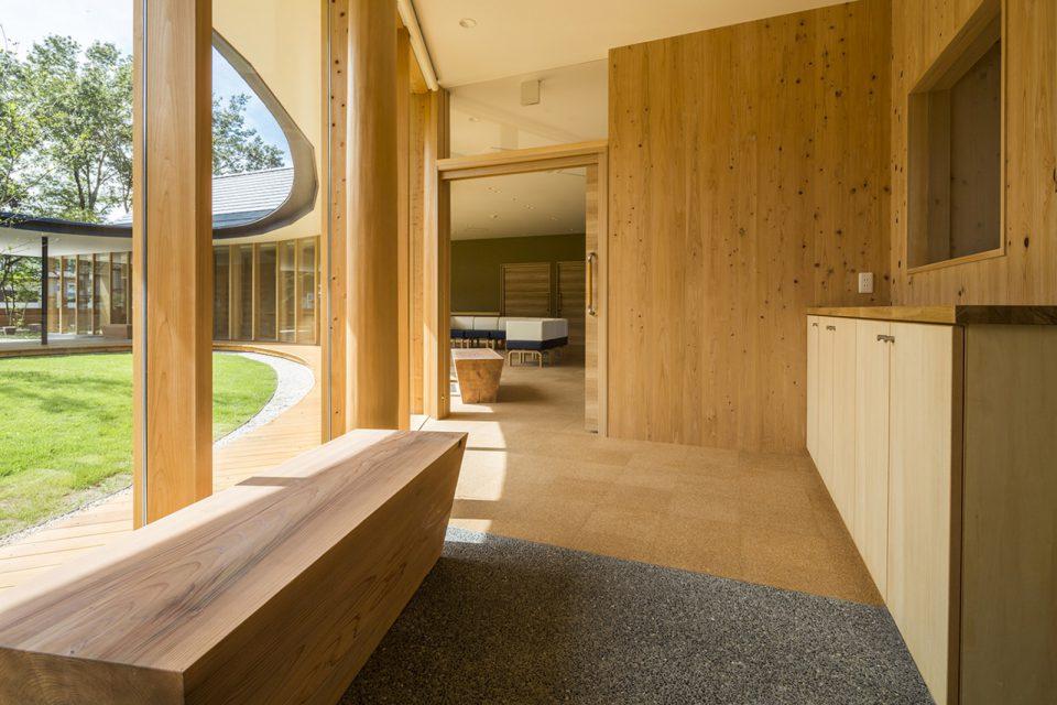 建物内の建具や家具にもふんだんに木が使われています。大きな木のベンチはシンプルで落ち着きのあるデザインに。