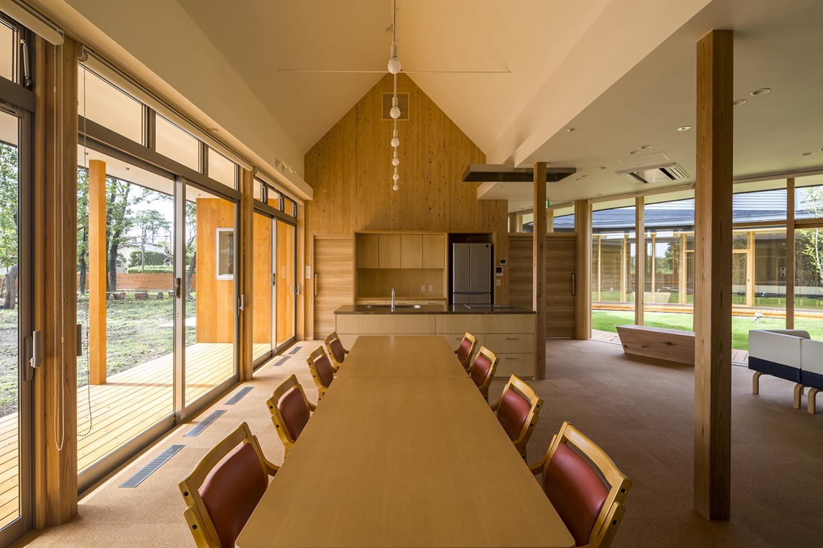 開口部からの光もやわらかく室内に取り入れられ、おさえられた照明計画とともに、リラックスして過ごせる室内空間となっています。