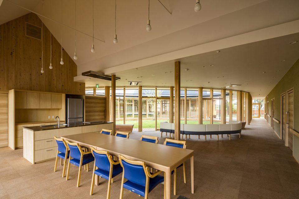 みんなが集まる共同スペースの食堂。キッチンも職人の手仕事でつくられ、コルクの床材が足にやさしい。