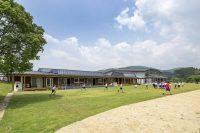 太陽のチカラを取り入れ、地域の木と手でつくられた校舎