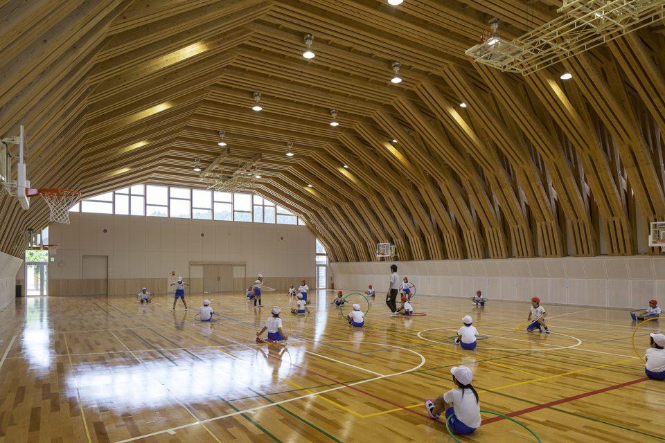 地元県産材の束ね重ね材による大スパン架構による熊本県和水町三加和小中学校の体育館