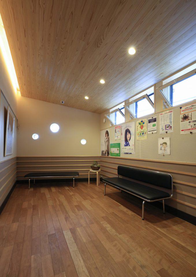 待合室には丸い窓を設けて女性の院長先生のやわらかい雰囲気や遊び心も表現。壁には調湿性を持った珪藻土を用いている。