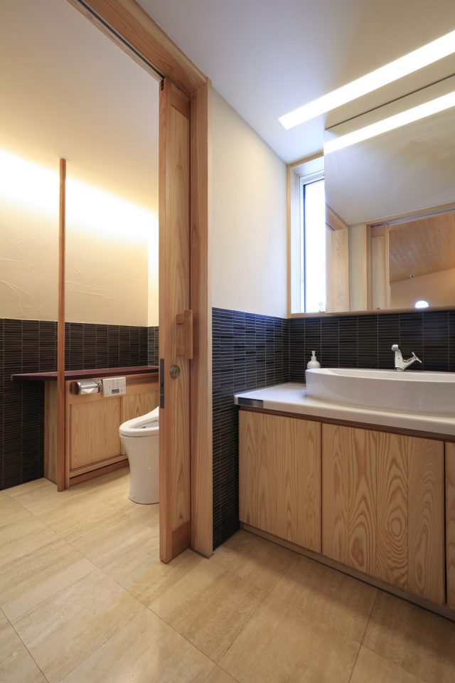 床は大理石(トラバーチン)として、腰壁はタイル、壁は珪藻土に。明るく清潔感のある空間となった。