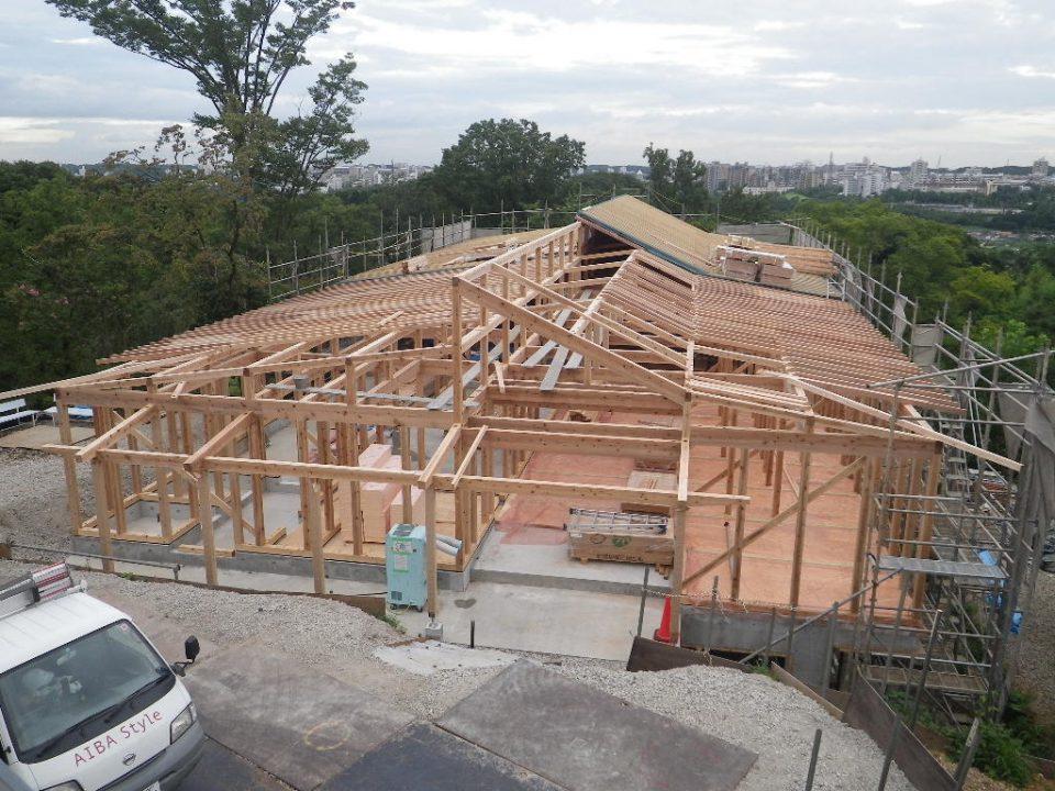 軸組で組み上げられた木造施設の構造の様子