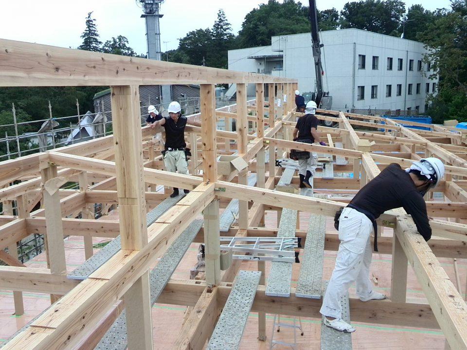 大学セミナーハウス「やまゆり」の上棟の様子。普段家づくりをしている大工たちが息をあわせて仕事を進めていく