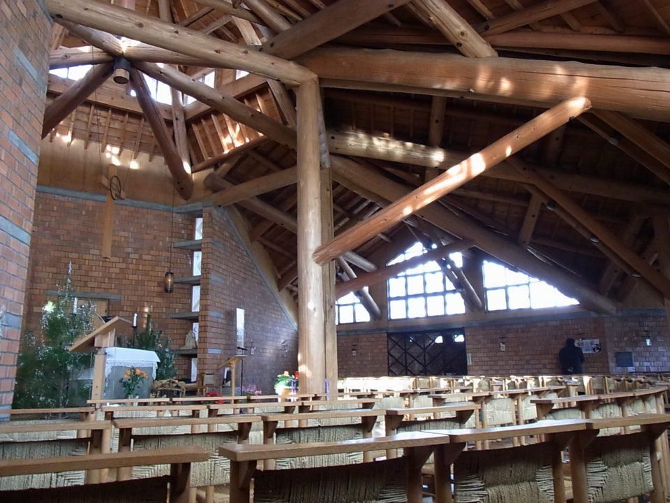 長く愛される地域の木造の建築の例。カトリック新発田教会内観。1966年竣工。アントニン・レーモンドの設計による。煉瓦の組積造の基壇に杉丸太の小屋組が載せられている。現在も屋根材以外当時のオリジナルのまま現役の教会として愛されている。