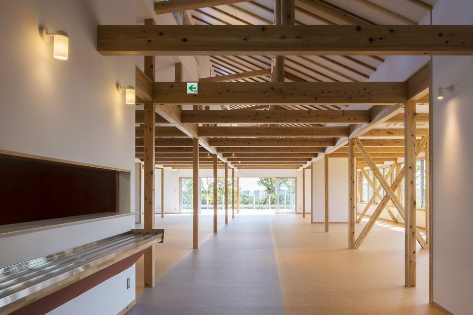 「やまゆり」内観。2間スパンで柱がたち、木造ドミノ構法を生かした構造となっていることが分かる
