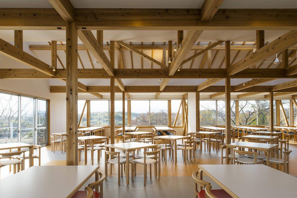 「やまゆり」は斜面にせり出すように建てられた平屋で、八王子一帯の風景や富士山を眺めることができる。