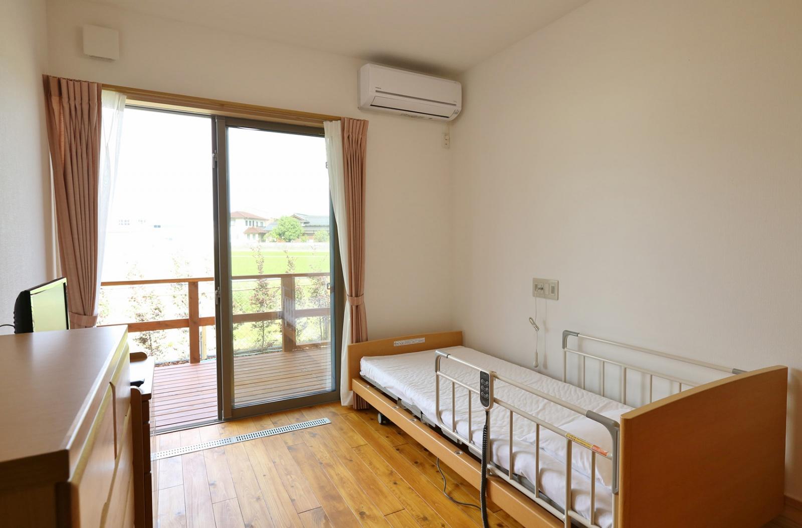 ゆったりとした各居室には、OMソーラーの吹き出し口が設けられており、太陽熱を用いて冬季も足元から暖房が働いてくれる。