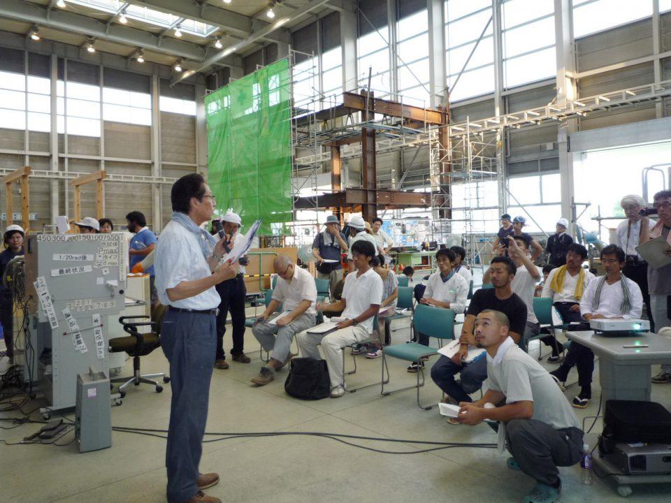 試験体の壊れ方のチェックポイントを解説する山辺氏。大工塾に参加する職人や設計士の表情は真剣だ。