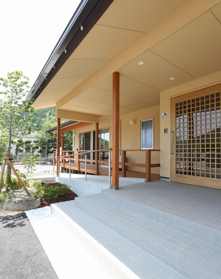 エントランスはバリアフリーに。施設というよりも住まいに近いデザインで、訪れる人をおだやかに迎えてくれる。