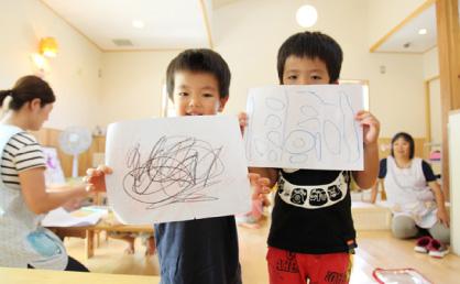 子どもたちが描いた絵は教室やエントランスホールに展示される。