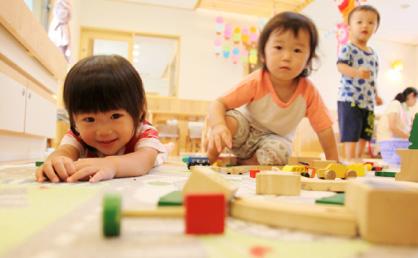 木製の積木で遊ぶ。木に触れて成長する子どもたち。
