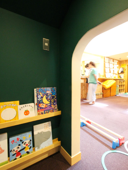 エントランスホールにある、秘密基地のような読書コーナー。