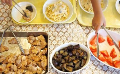 主菜、副菜と栄養バランスに配虜した料理が並ぶ。