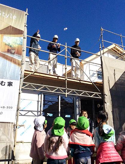 上棟式では大工さんが餅まきをして、園児たちも一緒に園舎上棟をお祝いしました。