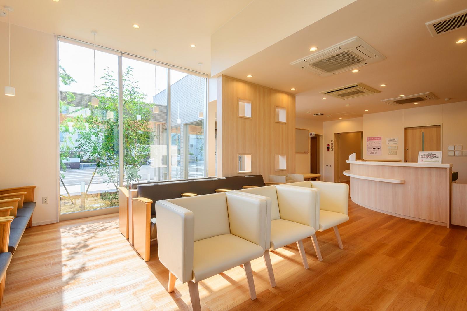 居心地のいい待合室。ふんだんに使われた木がリラックスできる空間を演出しています。