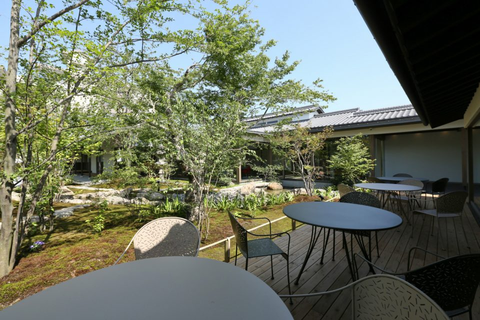 観光客や市民の休憩所となる喫茶店。日本庭園を眺めながら落ち着いた雰囲気の中でティータイムを楽しめます。