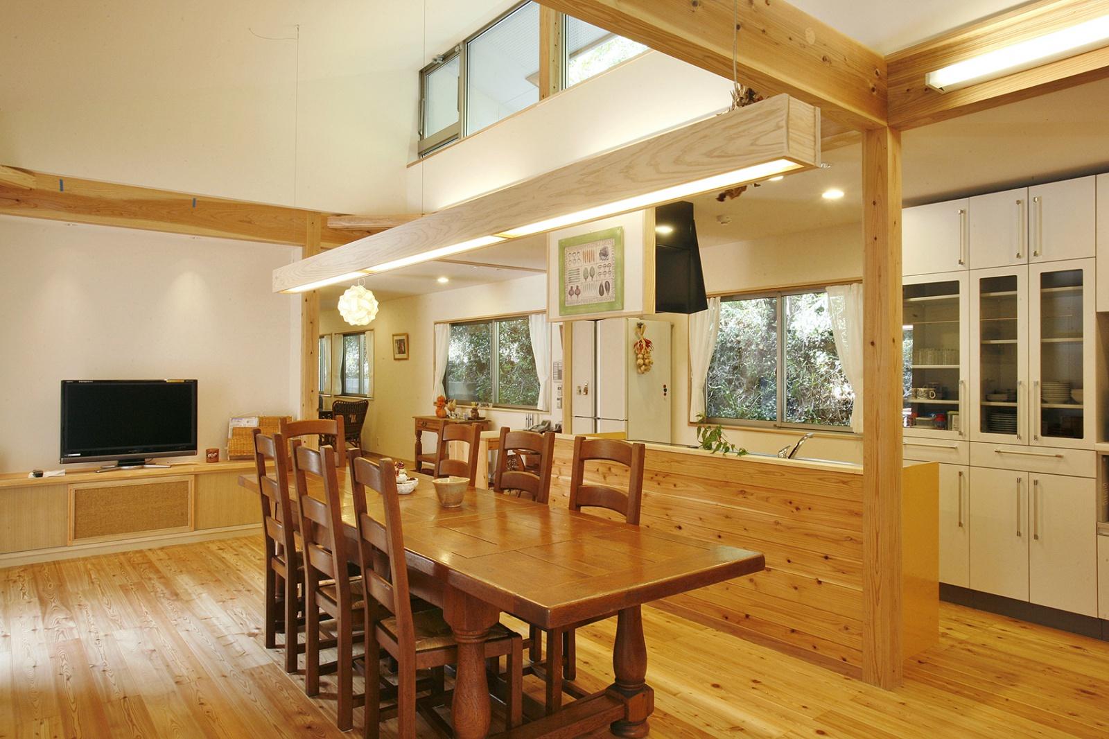 食堂兼リビング。無垢材の梁と唐松の床材が見た目にもやさしく、ご入居者の皆さまにくつろいでいただけます。