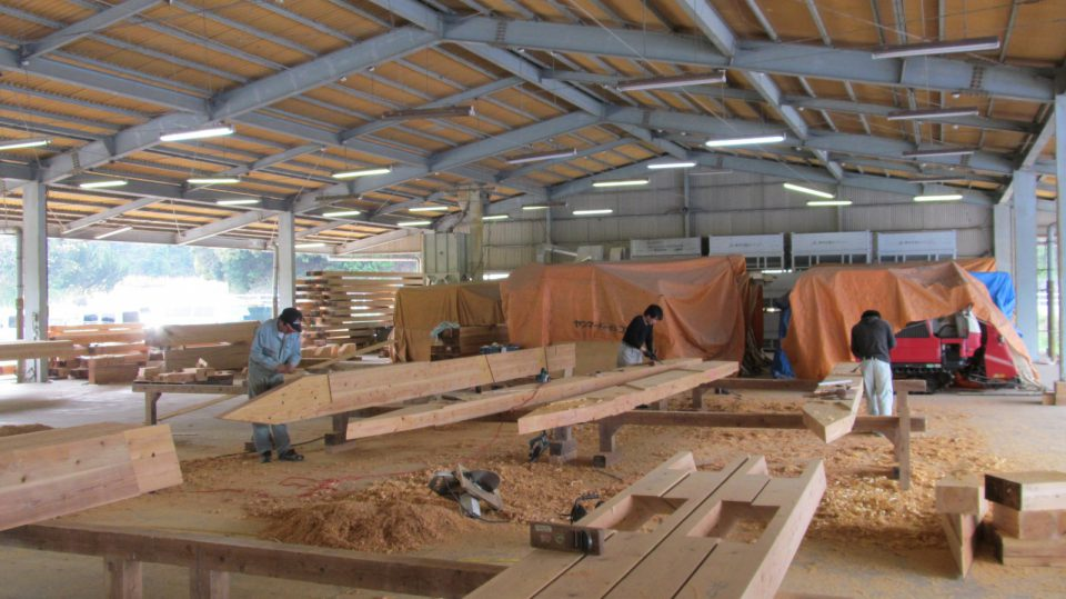 木材を加工する大工たち