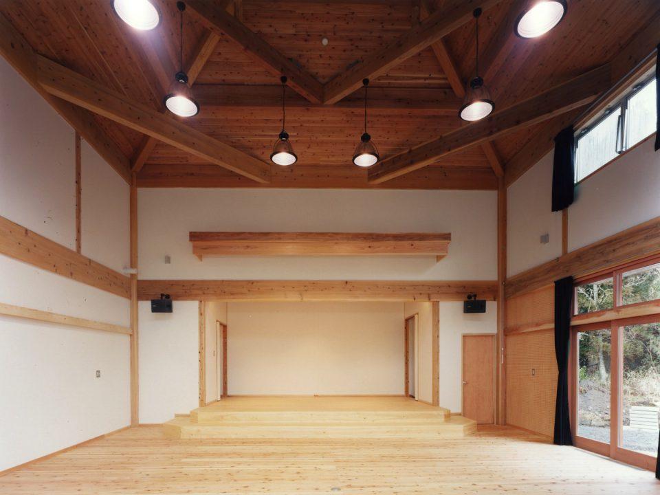 講堂 講堂は天井を高くし、構造材の架構に工夫を凝らしています。