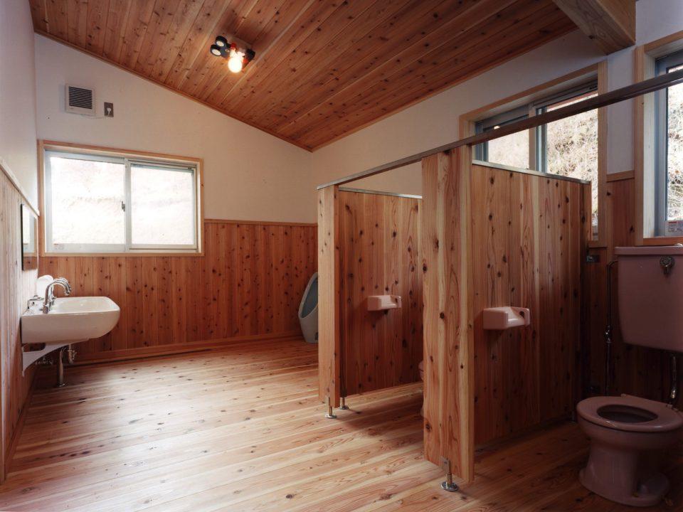 トイレ トイレの床も杉板貼りとしました。常に清潔に使う工夫は住まいと一緒。