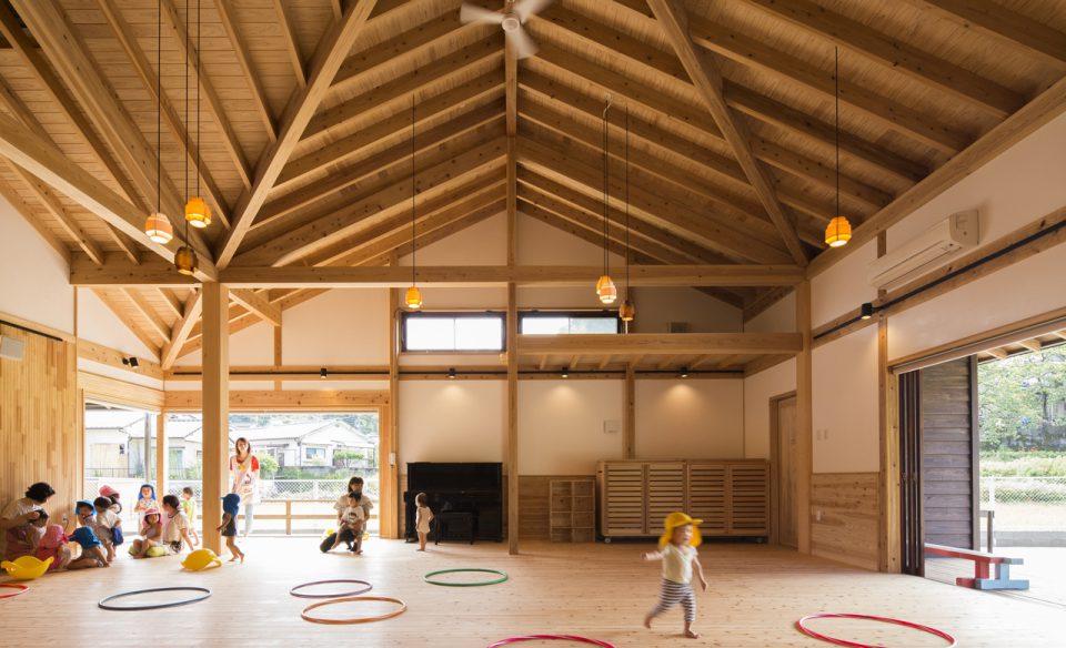 木構造の美しいホールで遊ぶ