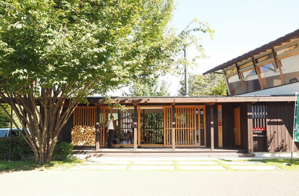 北沢建築のモデルハウス兼事務所である「欅ガルテン」。太陽熱・太陽光・風などの自然エネルギーを活用し、地域材でつくられた快適で耐久性のある省エネ住宅。木質バイオマスエネルギーの利用や、オーブン付きのストーブも。造作キッチンや建具、開口部の設計にも工夫がこらされています。