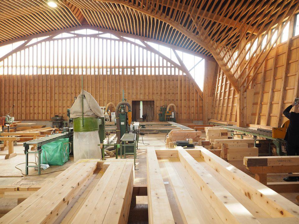 加工場の内部。乾燥や検査をおえて運びこまれた木材がここで手刻みで仕上げられています。