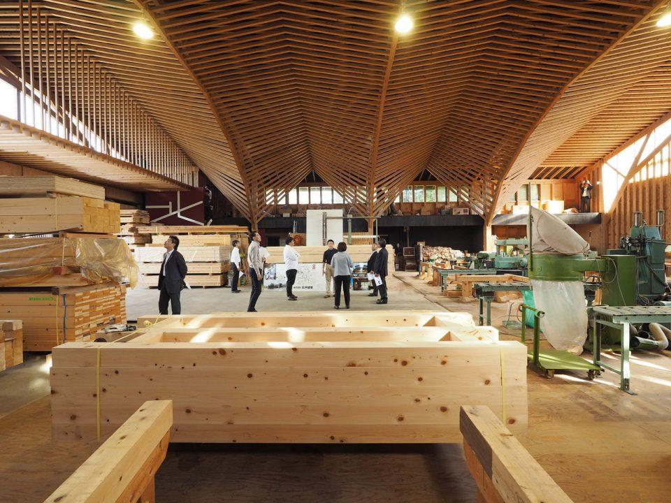 標準的製材品を組み合わせてつくられた広い空間。美術館や式場のように荘厳な雰囲気が漂います。