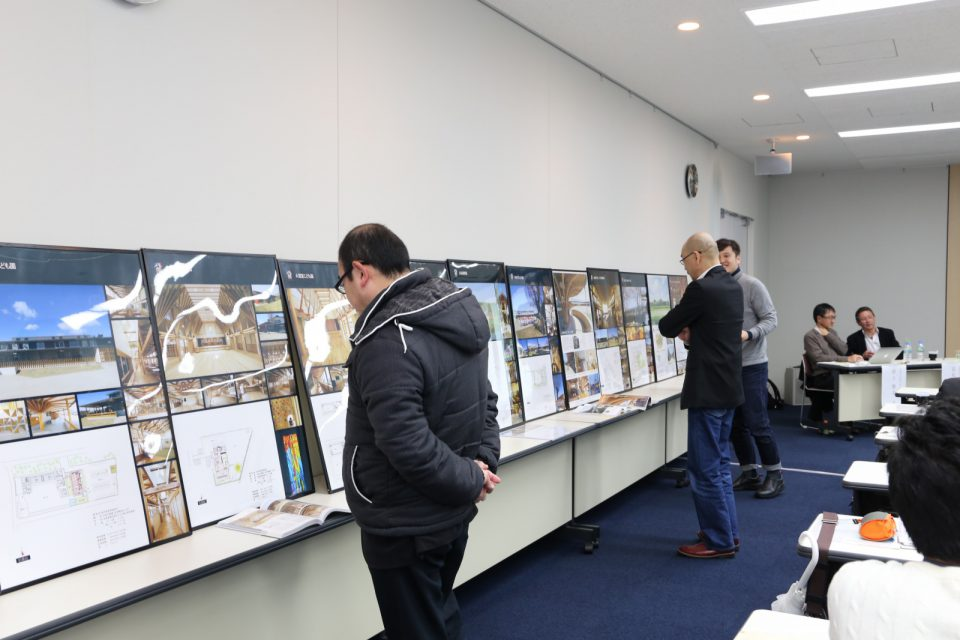 会場両サイドには辺見先生設計の木造保育施設のパネルが展示されていました。
