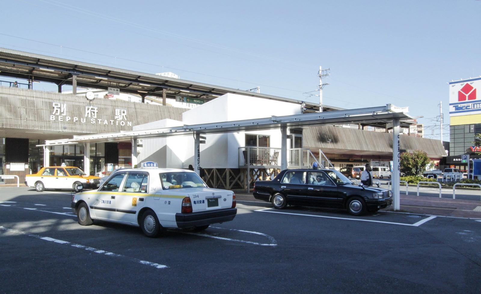 2017年10月、別府駅東口に突如あらわれた白い建築が「油屋ホテル」だ