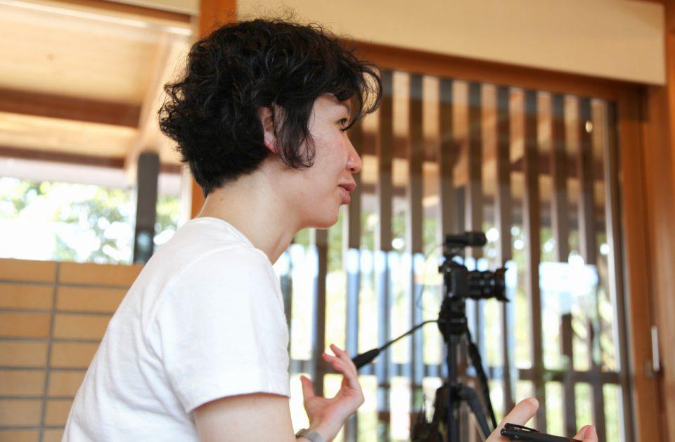 三澤文子さんと北澤社長へインタビューを行う木造施設協議会事務局の藤村真喜さん