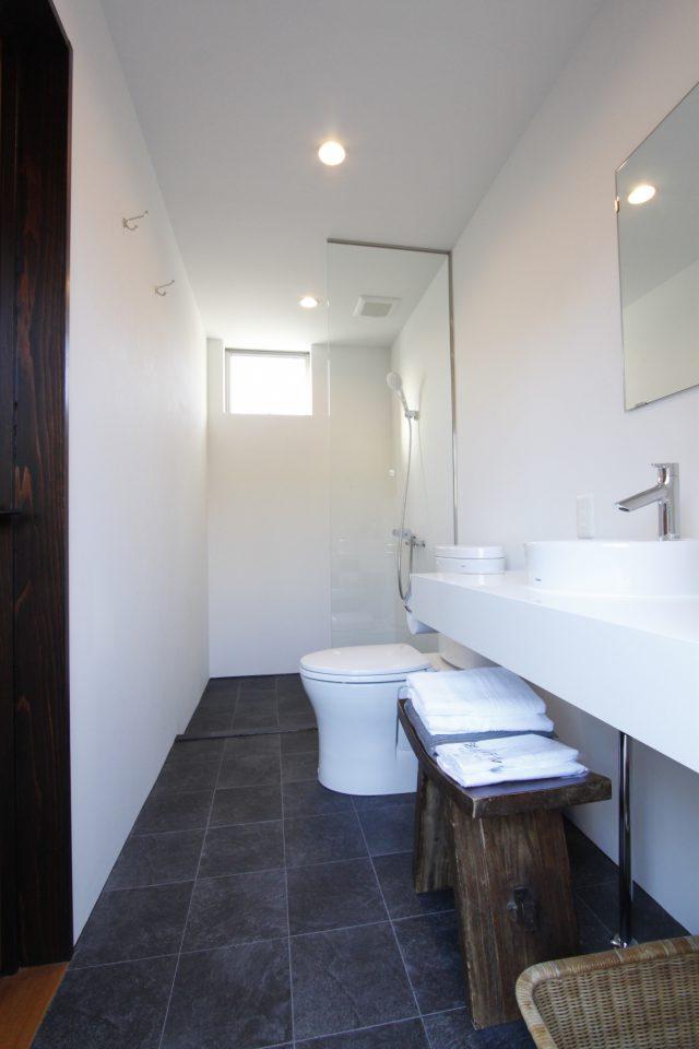 シャワールームと洗面所もホテル仕様