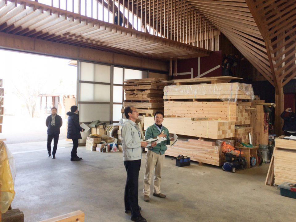 木材加工場を案内してくださる北沢建築 代表取締役の北澤宗則氏。