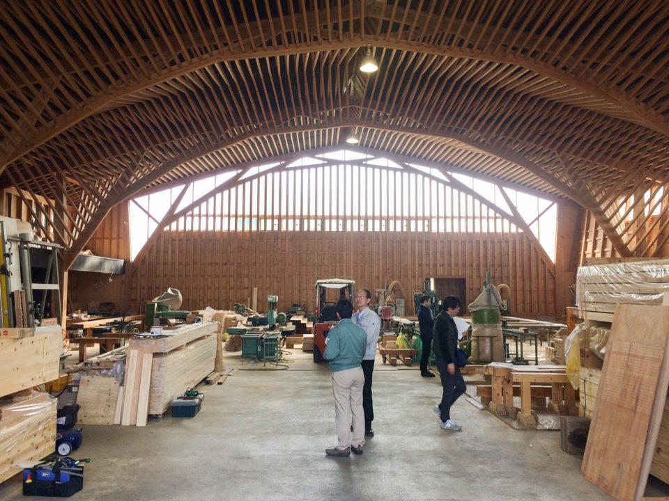 北沢建築さま 木材加工場。一般の材木をつなぎあわせてトラス構造を生み出し、大空間を実現しています。