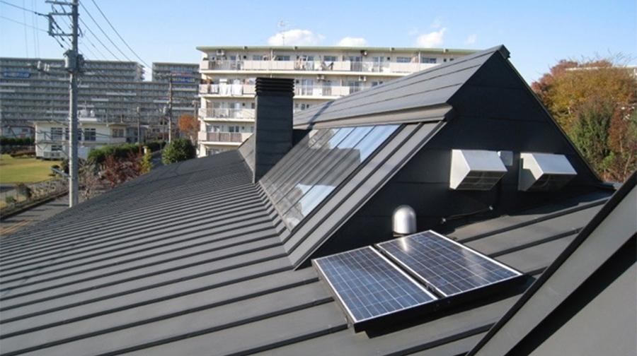 集熱屋根 手前の太陽電池による発電により太陽熱集熱システムを自立運転