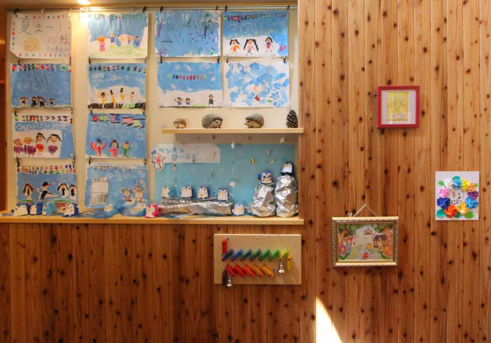 玄関に掲示された子どもたちの絵 目に見える絵と音楽の違い