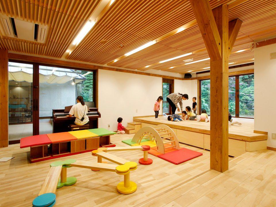 吸音のための工夫がなされた木のルーバー天井(撮影場所:RISSHO KID'S きらり 代沢保育園)