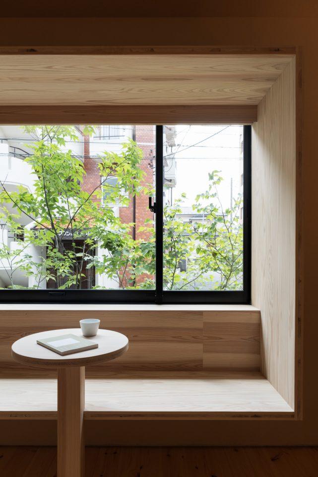 「大工の手」窓ベンチは造園家の小林賢二さんの植栽との関係を作っています。